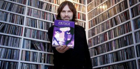 SIGN O' THE PRINCE: Drøbak-mannen Christer Falck er fullstendig oppslukt av artisten Prince. I tillegg til å ha en av verdens største samlinger av Prince-enheter, har Falck nå utgitt en 472 sider tjukk bok om idolet - på eget forlag. FOTO: ROLF-OTTO ERIKSEN