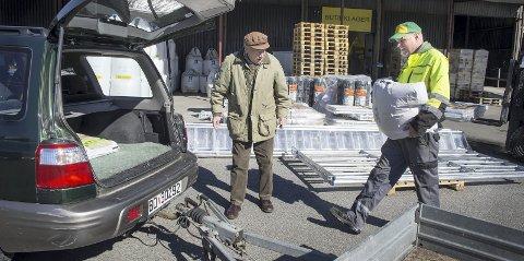 1 Hjelp å få: Geir Pedersen er ansvarlig for butikklageret. Her lemper han en sekk fuglefrø inn i bilen til Odd Nord. ALLE FOTO: KARI KLØVSTAD