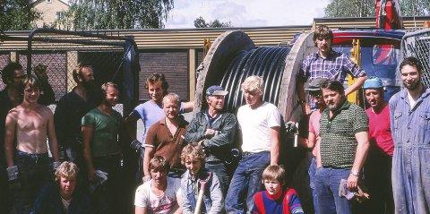 NYE KABLER: Et team fra Ski elverk legger ut nye høyspentkabler i 1979. Foto 1979 Harald Stokkeland