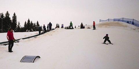 LEK: Snøkanoner har sørget for at det er ekstra mye snø i lekeområdet på Budor.