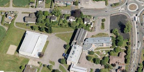 En nabo reagerer på at noen tar veien til venstre på bildet ut fra Wilhelmsenhallen.