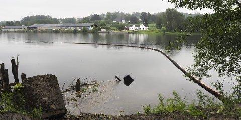 HER STARTET DET: Inspeksjon med drone viste ingen olje nord for Lensmannsdalen på Nenset. Det var heller ikke noen nye tilsig av forurensing etter regnet natt til torsdag. Brannvesenet lar lensene på vestsida av elva ligge ut over helga for sikkerhets skyld.Foto: Katrine Rohde Johannessen