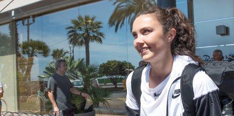 Norges og LSKs Ingrid Syrstad Engen forlater hotellet i Nice søndag og på vei til kvartfinale mot England på torsdag. Foto: Terje Bendiksby / NTB scanpix