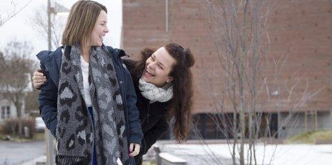 I GOD TRADISJON: Christine Ekeberg og Elisabeth Ellingsen er på miniturne med kikrekonserten «Juleminner».  Onsdag kommer de til Filtvet, torsdag til Spikkestad.foto: Bente Elmung