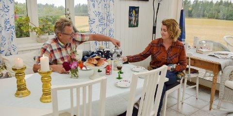 1 Kos: Anne Marie Glosli og Erik Unaas hygger seg med kaffe og kanelsnurrer i det koselige bryggerhuset hjemme på Berger gård i Eidsberg.  2 Hjerterom: De to trives med folk rund seg, og har flere ganger hatt gården full av gjester fra inn- og utland.  3 Nykommer: Denne lille skjønnheten ved navn Cava (10 uker) nyter definitivt tilværelsen i sommerhuset.  4 Hjemmelaget: Vakre, fargerike, hjemmeproduserte blomsterbuketter, laget av Anne Marie.  5 Soverommet: Det har sin sjarm og klatre opp en stige, opp på en hems når man skal sove.  6 Kaldt: Bassenget ser ikke ut til å friste denne dagen.