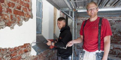 Mye jobb: Marcus Fredriksen (til venstre) og Dag Henrik Amundsen er godt i gang med å restaurere Eidsberg kirke. Den røde teglsteinen er fra 1800-tallet.