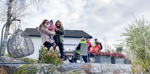 NY HAGE: Anita Fjeld (62) med datteren Sandra Fjeld (32) og barnebarnet Isabel (2,5), fikk i dag overrakt den nye hagen.