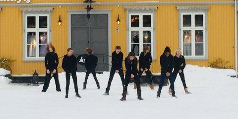 I kulda: I forbindelse med tv-deltakelsen ble det blant annet gjort opptak av jentene når de danser på Drøbak torg.