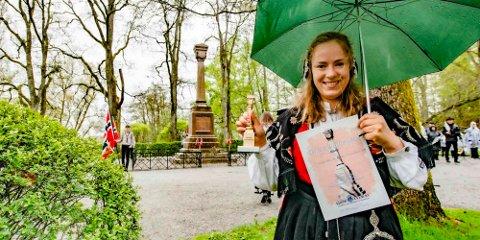 Tuva Todnem Lund mottar Falsenstatuetten 2021 på vegne av alle Ås-studentene på NMBU.