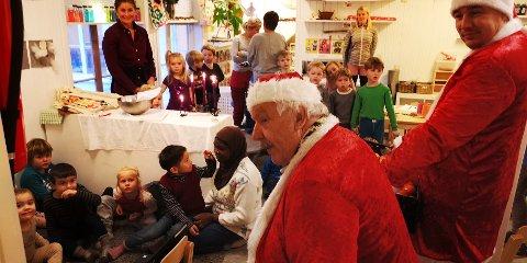 Svein Edmund Eriksen og Edgars Podins deler ut gaver til Tjenna barnehage.