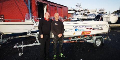 VINNER: Terje Kristian Christensen, president i Kiwanis-klubb Risør og båtvinner Morten Sivertsen.