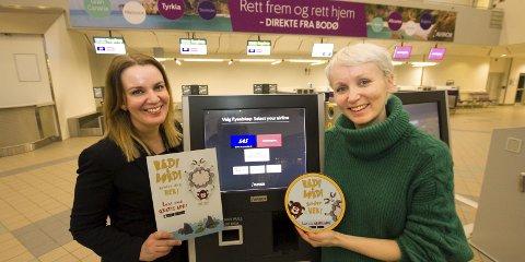 På reise: Kommersiell leder Marthe Andersen i Avinor i Bodø ønsker Linda Skipnes Strand og Bædi og Børdi velkommen på Bodø lufthavn. Foto: Per Torbjørn Jystad
