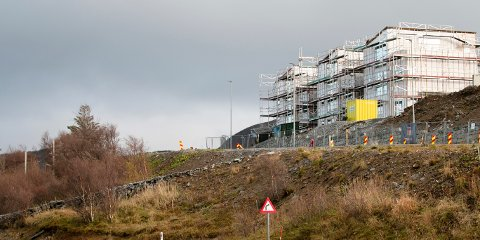 Utbyggingen pågår i regi av andre utbyggere enn det konkursrammede selskapet. Men hvordan man skal få ferdigstilt hovedveien byggefeltet er ikke klart ennå.
