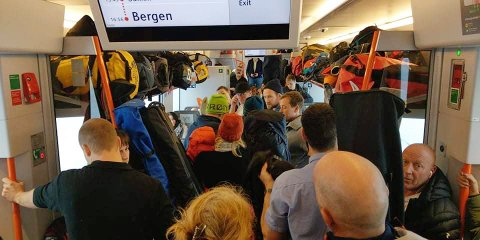 Svært trangt på 1321-toget fra Geilo til Bergen søndag. Vy har nå tatt grep og satt opp ekstra lokaltog fra Voss.