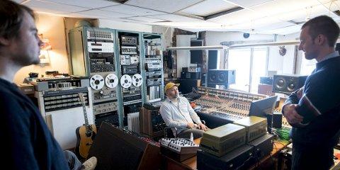 Produsent Robert Jønnum produserte det siste Hvitmalt Gjerde-albumet, som het «Våken» og kom i 2017. Under innspillingen ble Ai Phoenix-medlemmet, som har tidligere produsert alt fra Kings of Convenience til Romskip, kjent med Håvard Bakke, som nå spiller inn med bandet Kropp i Jønnums studio.