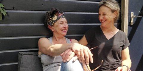 Maria og Lisette Mok håper de omsider finner morens drømmemann. – Om vi får napp, kaster vi oss på første fly, sier de.