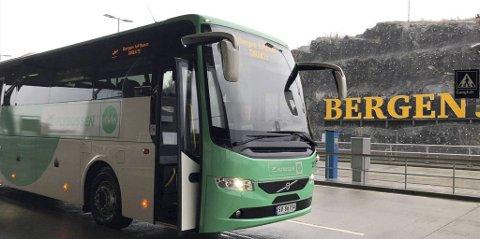 Alle de 14 bussene til Flybussen har stått parkert siden mars i fjor. Antall flyavganger og passasjerer er fortsatt ikke høyt nok til at det er lønnsomt å starte opp igjen, mener bussledelsen.