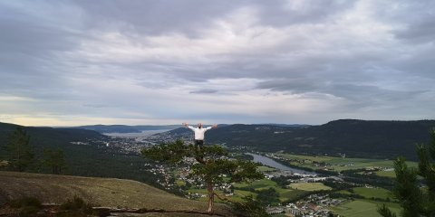 STÅR I TREET: Pål-Erik Sommervoll (43) drar ofte fra Asker for å gå til Knabben i Solbergelva. Her har han tatt et bilde på toppen hvor han står i toppen av et tre.