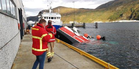 Her ligg arbeidsbåten, delvis under vatn.