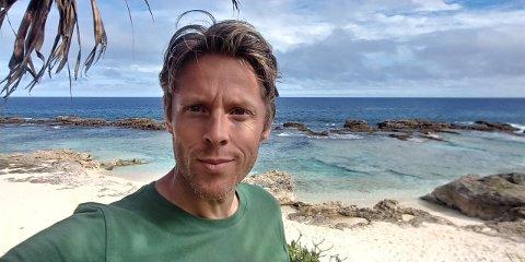 FØRST I VERDA: Gunnar Garfors på ei strand på Tonga, der han meiner han vart den første i verda til å overnatte i alle verdas land.