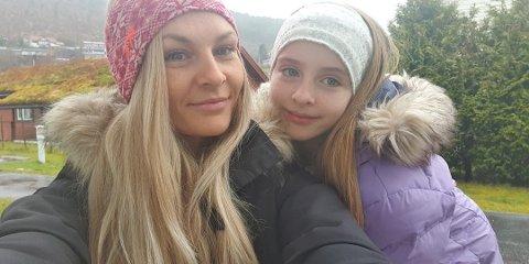 BOSS: Lovise Håvik og dottera Emma Fureli vart møtt av mykje boss då dei tok turen til stranda i Naustdal tysdag.
