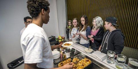 Pizza-torsdag: Sunniva Meek Beck, Ingrid Hystad, Lillian Olsen, Malin Johansen og Magnus Johansen synes at maten som Neber Berhane og Nasir Talibi serverer, er god og variert.