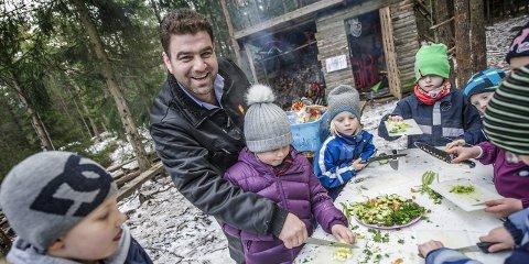 Kyndig hjelp: Tofek Almustafa hjelper gjerne til så barna lærer å lage mat. Her får Jenny Lorentzen Bergby (7) hjelp med å kutte agurken i tynne skiver. Alle foto: Geir A. Carlsson