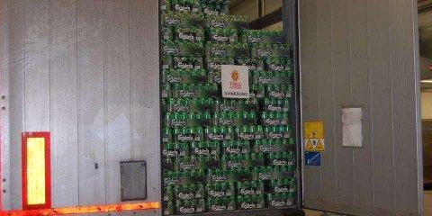 En polsk trailersjåfør må sone 13 måneder i fengsel etter å ha forsøkt å kjøre over grensen med over 20.000 liter alkohol i lasten. Han får også kjøreforbud i Norge fem år. Bildet er fra et tidligere beslag på grensen.