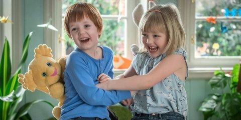 Karsten (Oliver Dahl) og Petra (Alba Ørbeck-Nilssen) under innspilling av filmen «Karsten og Petra ut på tur».