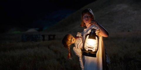 SKUMMEL: Dukken Annabelle skremmer vettet av kinogjengere i hele landet.