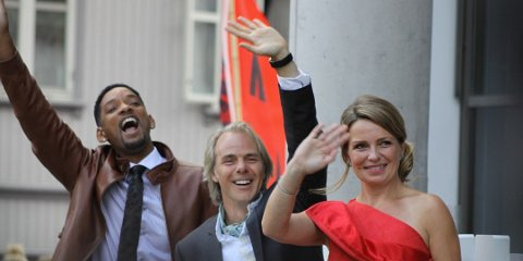 Will Smith, Harald og Veslemøy Zwart vinket til fansen fra rådhustrappen før europapremièren på Karate Kid i juli 2010.