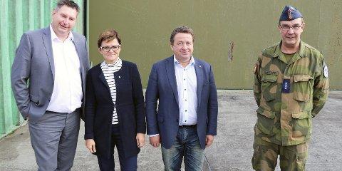 VANT FRAM: Narviks ordfører Rune Edvardsen (AP), Lisbeth Berg-Hansen (AP) og Kjell-Idar Juvik (AP)er en av flere delegasjoner som er vist rundt på Evenes flystasjon – ledet av Arne Bakkland fra Forsvaret. Foto: Odd-Georg H. Benjaminsen