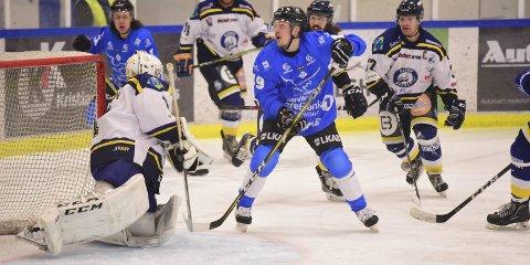 SENTRAL: Arttu Niskakangas ble sentral i ei helg der Narvik Ishockeyklubb tok seks poeng, og leverte en mye bedre kamp søndag enn lørdag mot tabelljumboen. Gjøvik Foto: Kjell G Karlsen