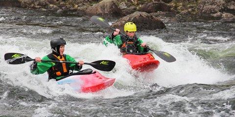 Fredrik Falck og Jarand Rage Aasvold padler i Hofreisteåna i Bjerkreim.