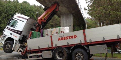 Denne lastbilen kjørte seg fredag formiddag fast under broa som går over Sandviksveien.