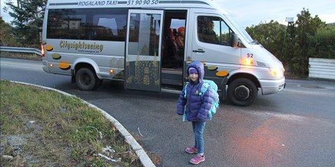 Hanna Indrebø tar taxi fra Rossåsstien til Figgjo skole hver dag. Nå blir skoleveien sikrere.