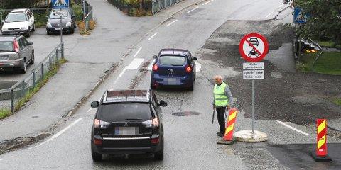 Slipper du av ungene ved skolen, har du lov å kjøre gjennom, tross skiltet med gjennomkjøring forbudt.