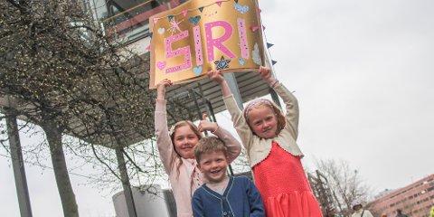 Emma Landro (7), Aksel Olausson Tveit (5) og Linnea Olausson Tveit (7) har lagt plakat som skal være med inn i Oslo Spektrum under Idol-finalen.