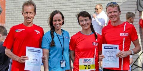 Jørn Holmen (venstre) og Skjalg Oltedal (høyre) skal bruke pengene som ble overrakt av Silje Eriksen Bølla og Ellen Instefjord til å kjøpe utstyr til bruk i det nye idrettsanlegget.