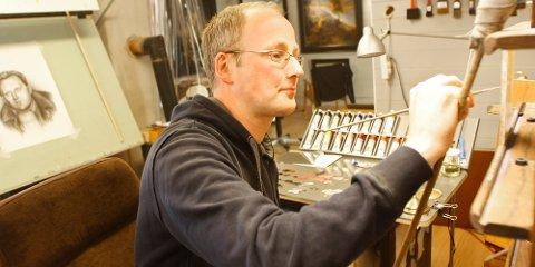 På Moen tilbringer Kåre Høghaug flere kvelder i uka med å male, tegne, mikse farger, skjære til rammer og annet håndverk. I sommer kan du besøke atelieret hans.