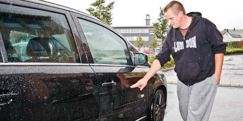 Stian Paulsen fikk skrapt opp hele passasjersida på bilen sin. Han er blitt kontaktet av en annen som har opplevd akkurat det samme; skrape i lakken og knekt vindusvisker bak.