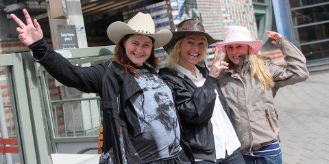 Nancy Årsland (til venstre), Bente Øksnevad og Vilde Øksnevad Johannessen (9) skal heie på Siri under Idol-finalen i kveld.