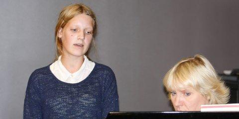 Mariell Domke Revheim er på sin første solosangtime. Kersti Ala-Murr vil gjerne høre stemmen hennes.