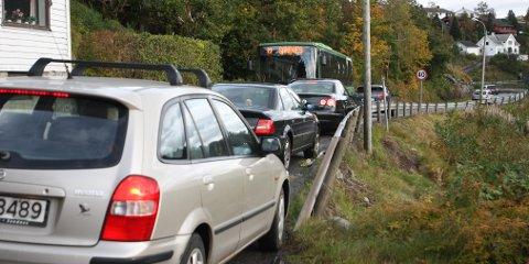 Forrige fredag ble det nærmest kaostilstander da en buss og flere biler skulle passere hverandre på Figgenveien.