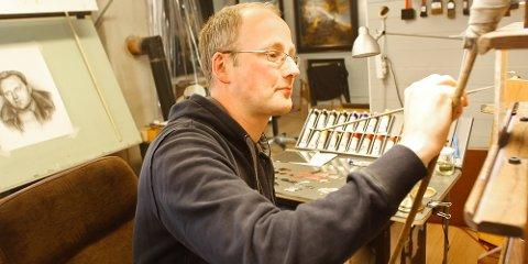 Kåre Høghaug tilbringer mye tid i atelieret på Moen i Oltedal. Nå inviterer han alle interesserte inn for å se det han har laget.