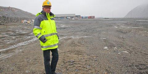Karl Edvard Aksnes er svært fornøyd med at denne tomta ser ut til å bli solgt i nærmeste framtid. Det som gjenstår, er et ja fra politikerne og en signatur fra kjøper.
