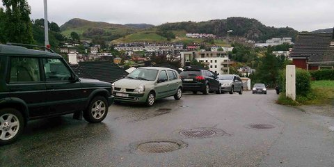 Biler står tidvis parkert i veien i Kyrkjebakken.