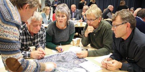 Ivar Blaauw (fra venstre), Jesper Jarl Ravndal, Birte Langebro, Øystein Fuglestad og Carl Cato Wadel diskuterer hvordan de ønsker at nye Ålgård sentrum skal se ut.
