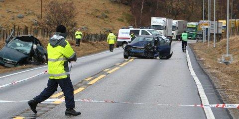 Bilene frontkolliderte etter at den ene personbilen kom over i feil kjørebane. En møtende trailer svingte unna, men bilen bak traff den møtende bilen.