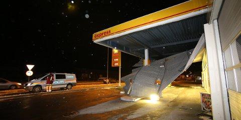 Taket på Shell Express ble tatt av vinden, og E39 er nå sperret i vente på at området blir sikret.
